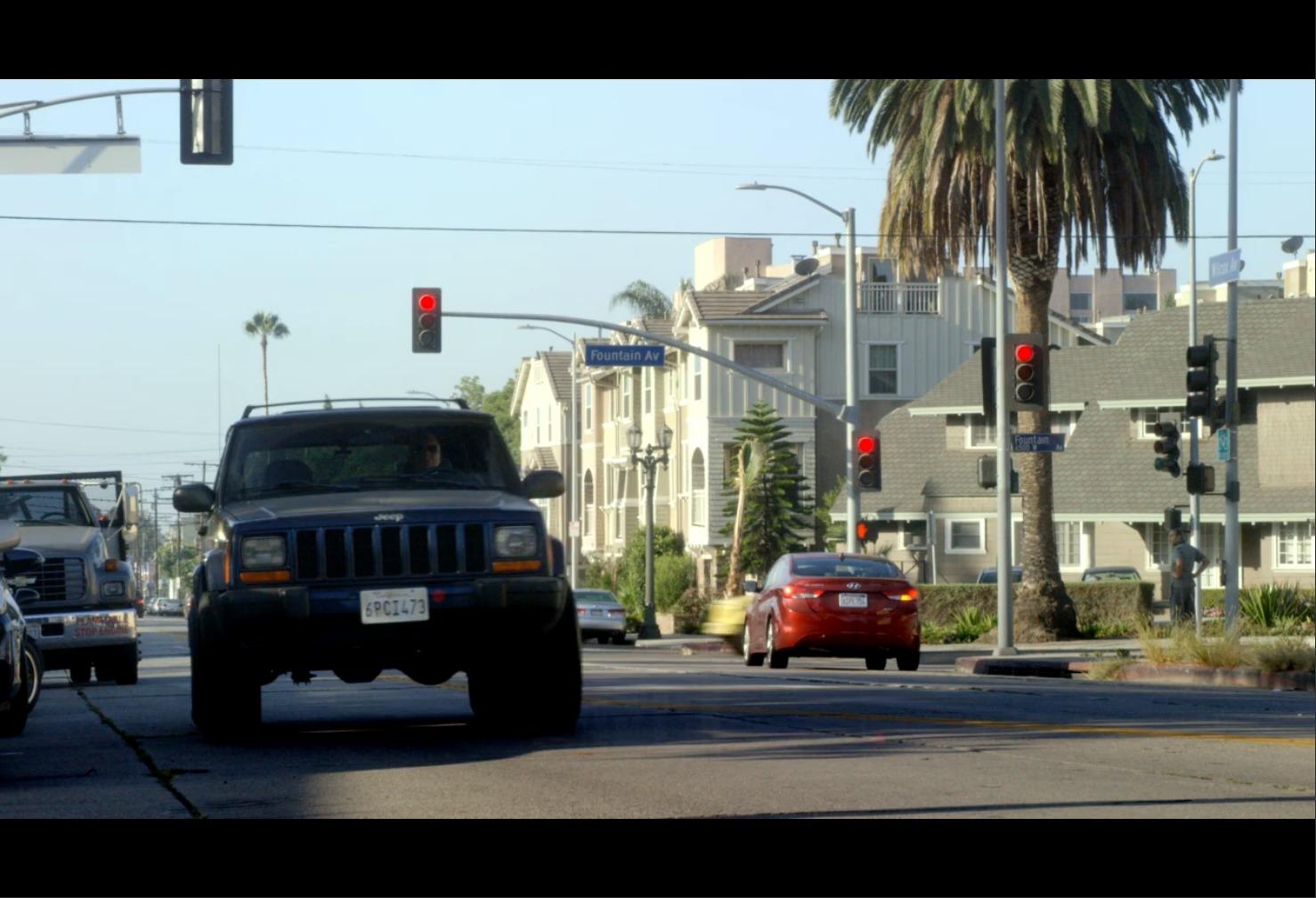 AmazonプライムビデオBOSCH通りを走る車の画像