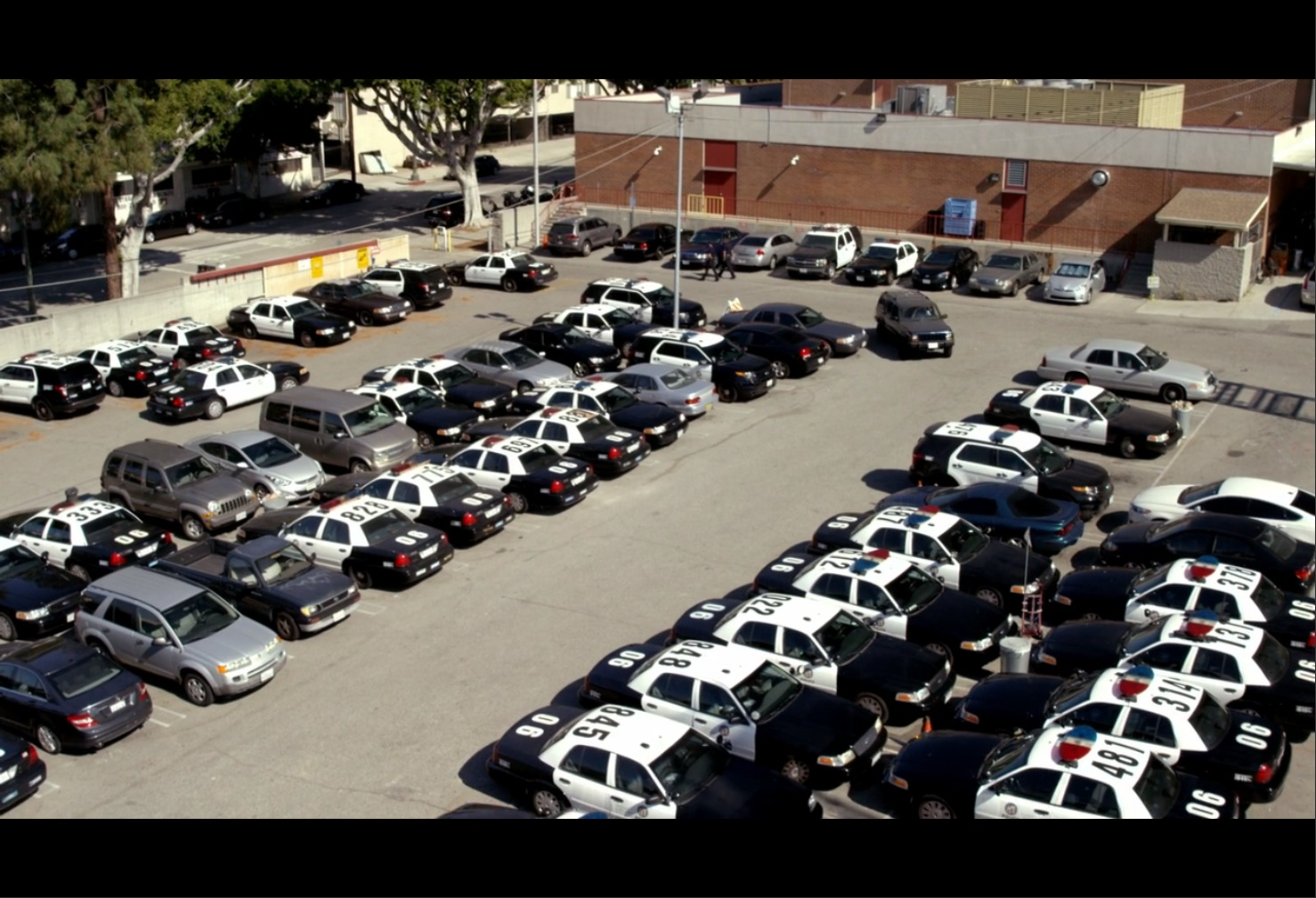 AmazonプライムビデオBOSCH警察署の駐車場の画像